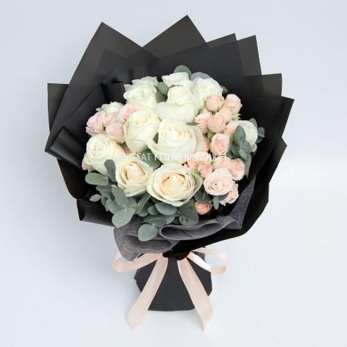 - 米白玫瑰花束