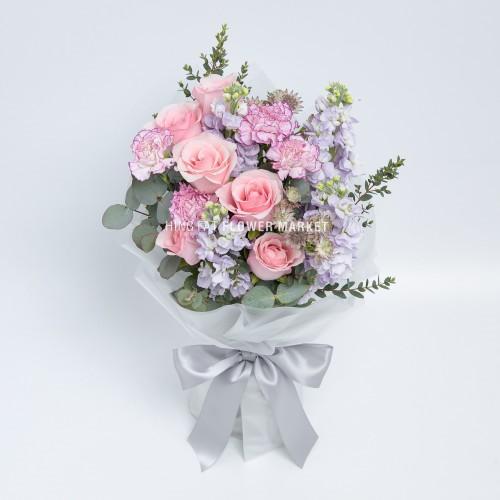 - 粉玫瑰康乃馨花束